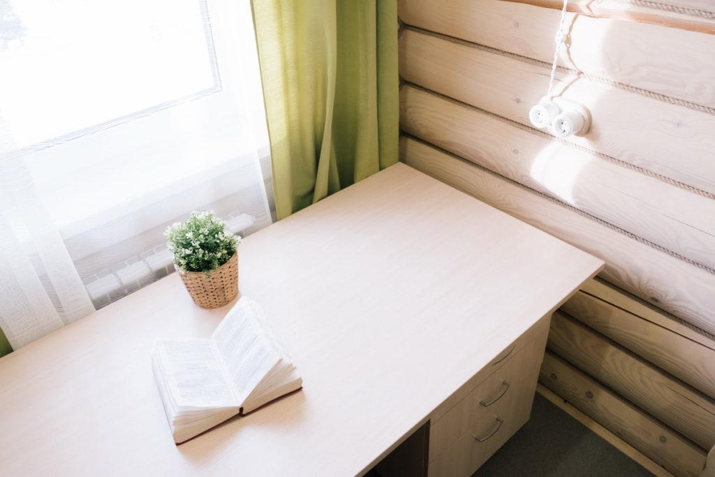 Письменный стол в комнате