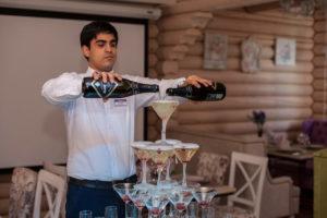 Разливают шампанское